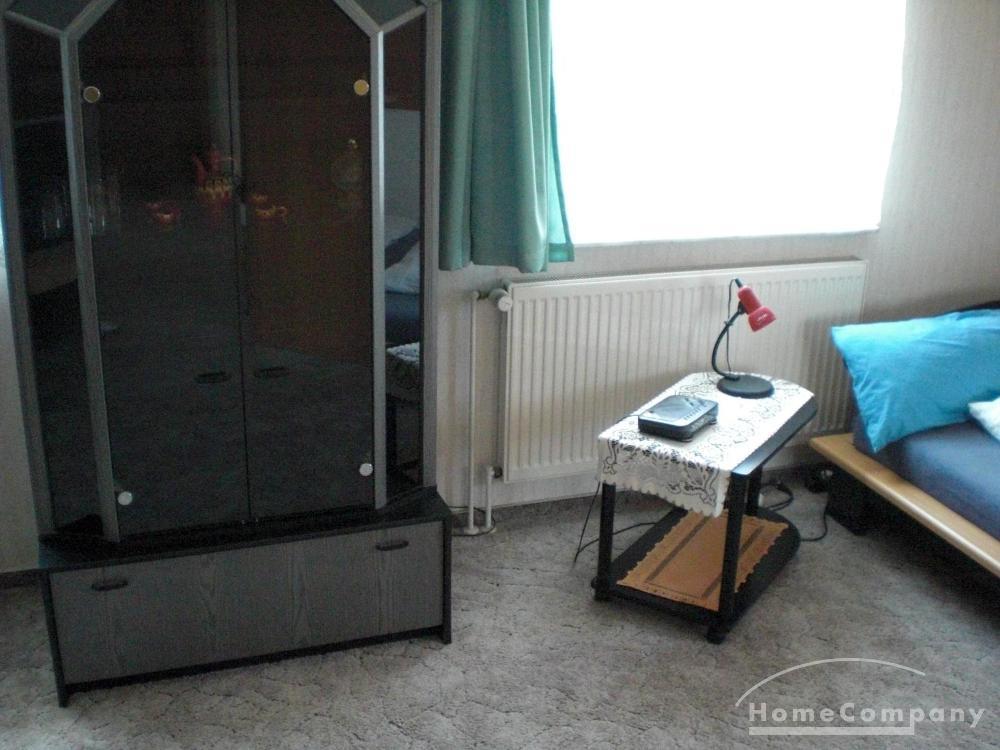 zimmer im dachgescho eines einfamilienhauses mit futon. Black Bedroom Furniture Sets. Home Design Ideas